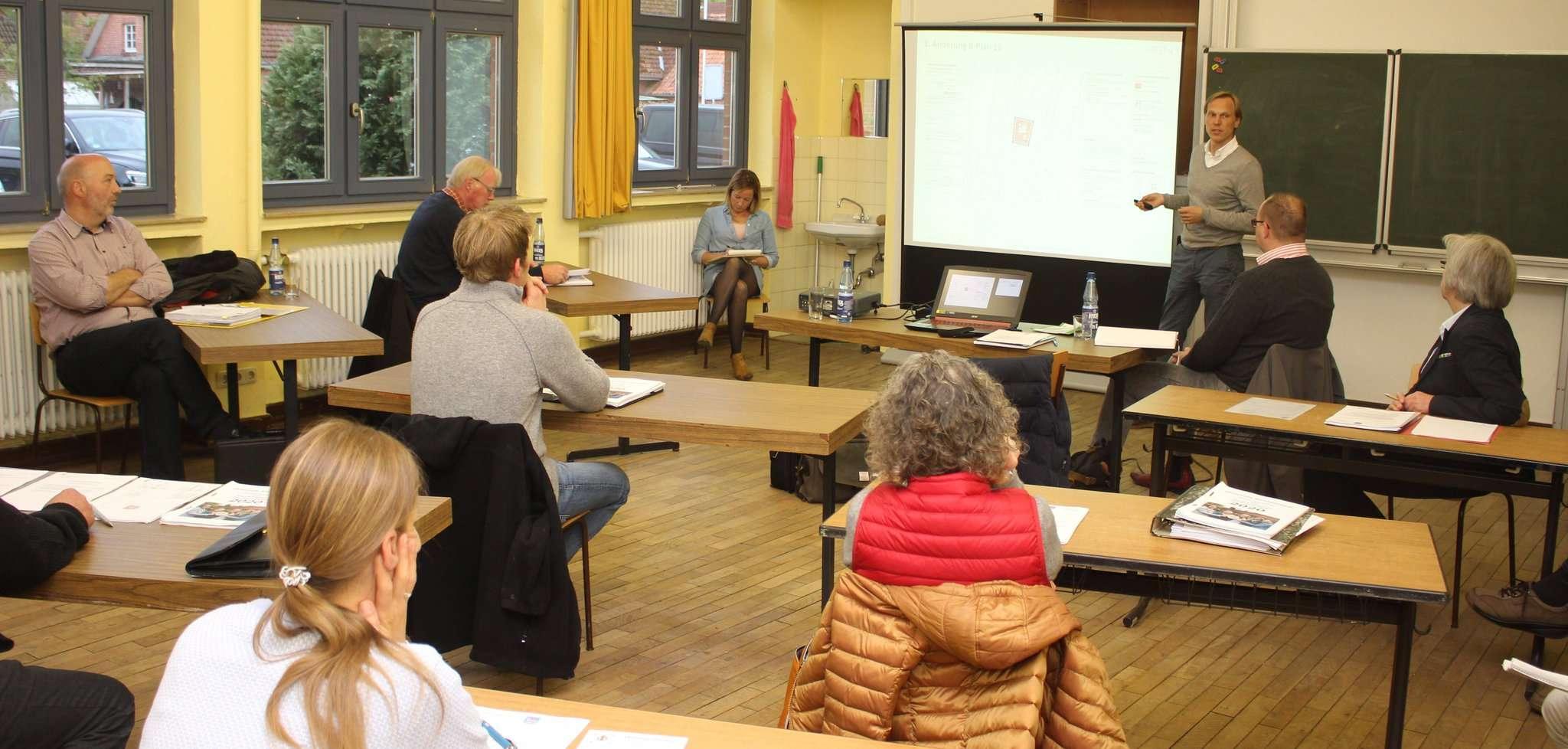 Matthias Diercks von der PGN erläuterte den Bebauungsplan für den Buchenweg. Foto: Henning Leeske