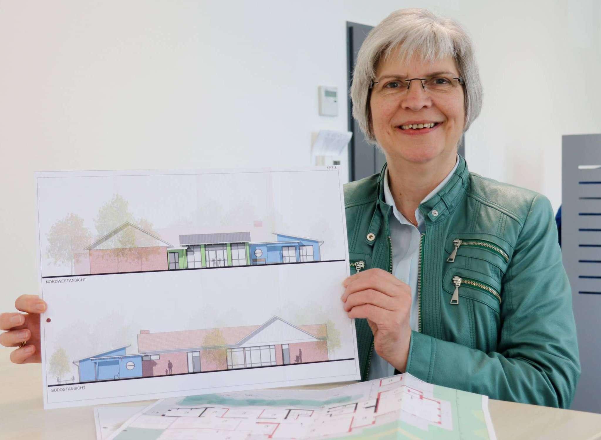 Ursula Hoppe mit den Entwürfen für die umgebaute Sparkasse: Das umgebauet Gebäude soll den Kindern auf 377 Quadratmeter Platz bieten. Foto: Nina Baucke