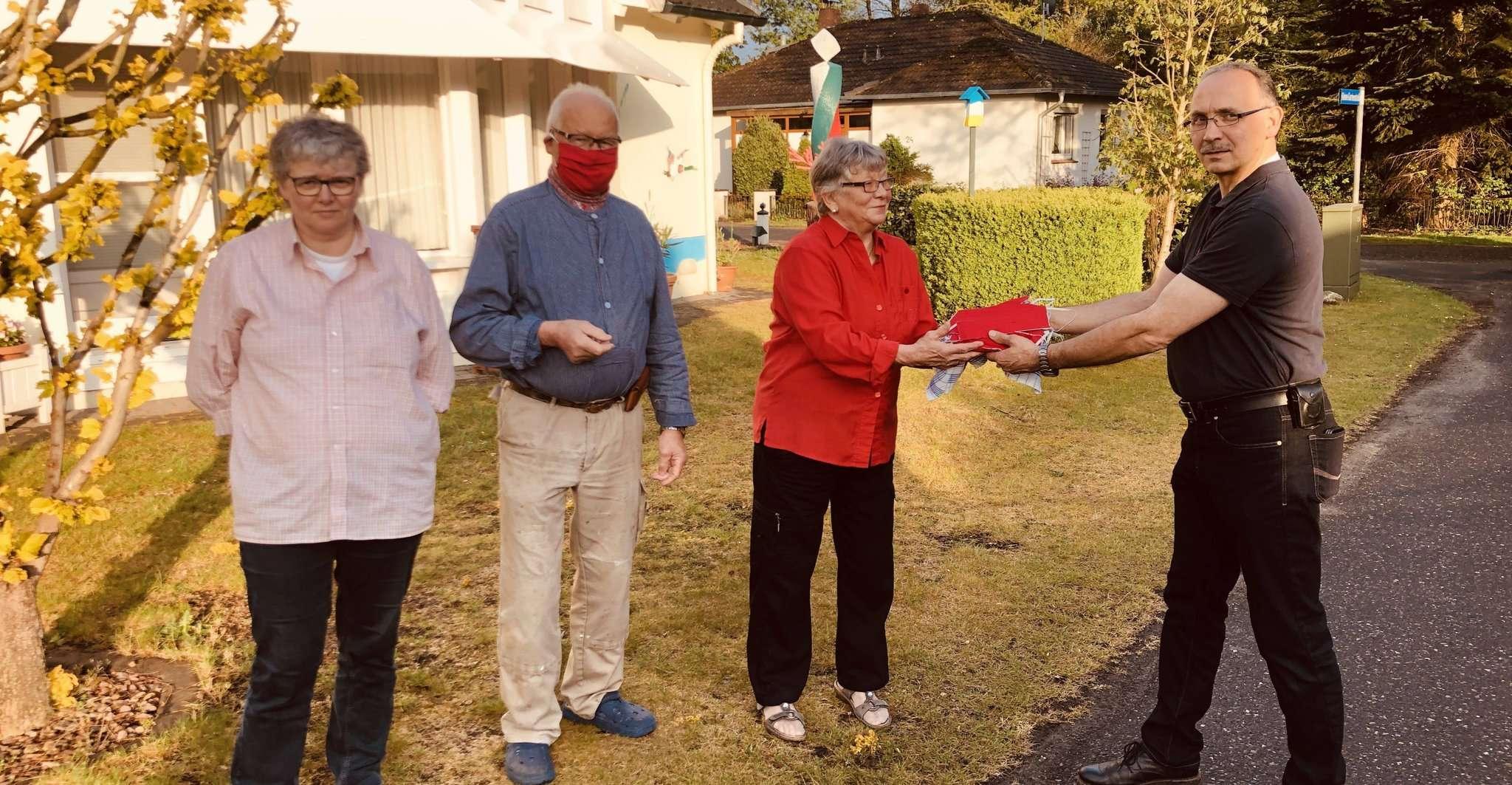 Susanne Große (von links), Dieter Große und Rita Große übergaben die Masken an den Ortsbrandmeister Oliver Große.