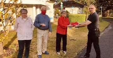 Familie Große übergibt Spende an Brandschützer