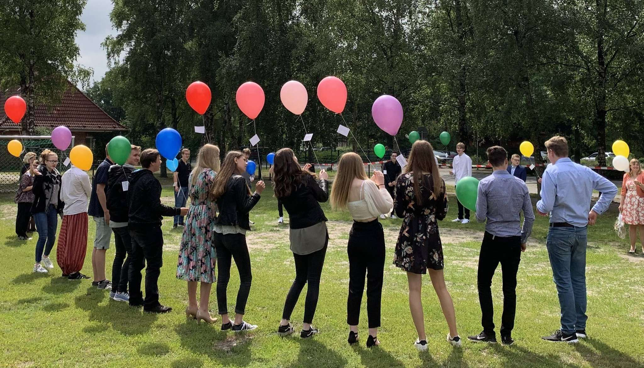 In Erinnerung an die gemeinsame Zeit ließen die Schüler vor der Schule Ballons steigen. Fotos: Lara Wachtmann