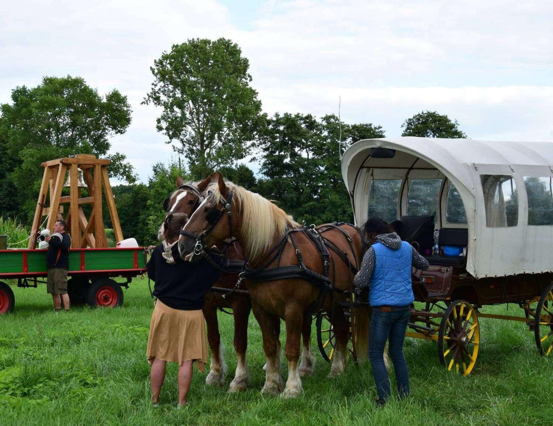Auf einer Wiese in Hemslingen machten die Reisenden mit ihren Pferden Halt. Foto: Klaus Müller