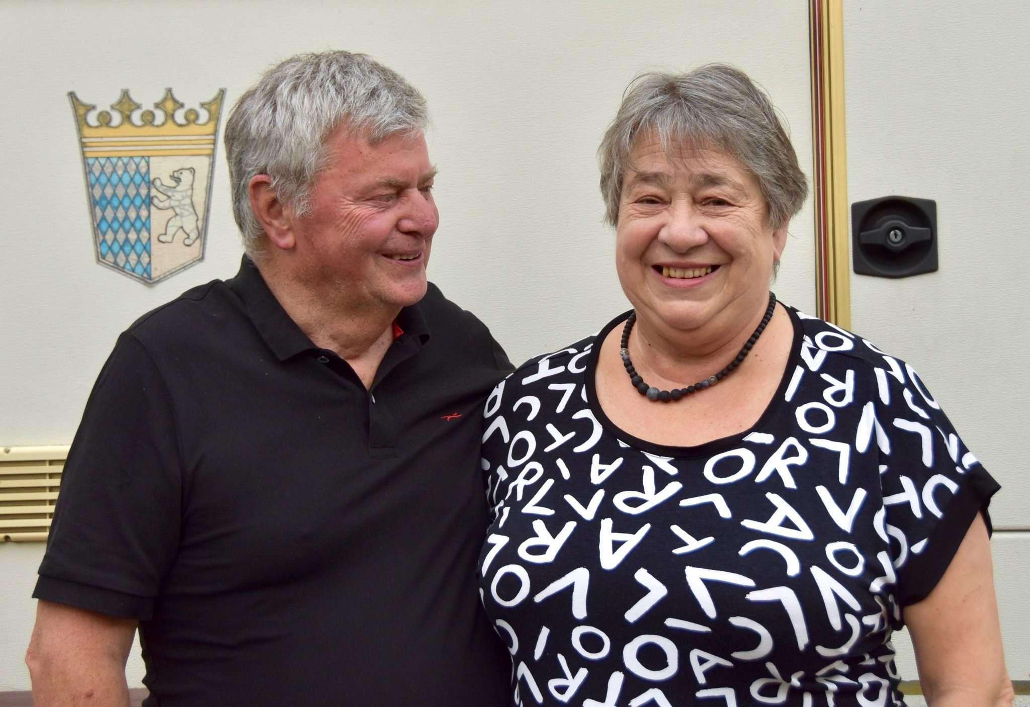 Renate und Hans Erich Fischer vor ihrem Wohnmobil: Sobald es die Corona-Krise zulässt, wollen die beiden wieder auf größere Reisen gehen. Foto: Judith Tausendfreund