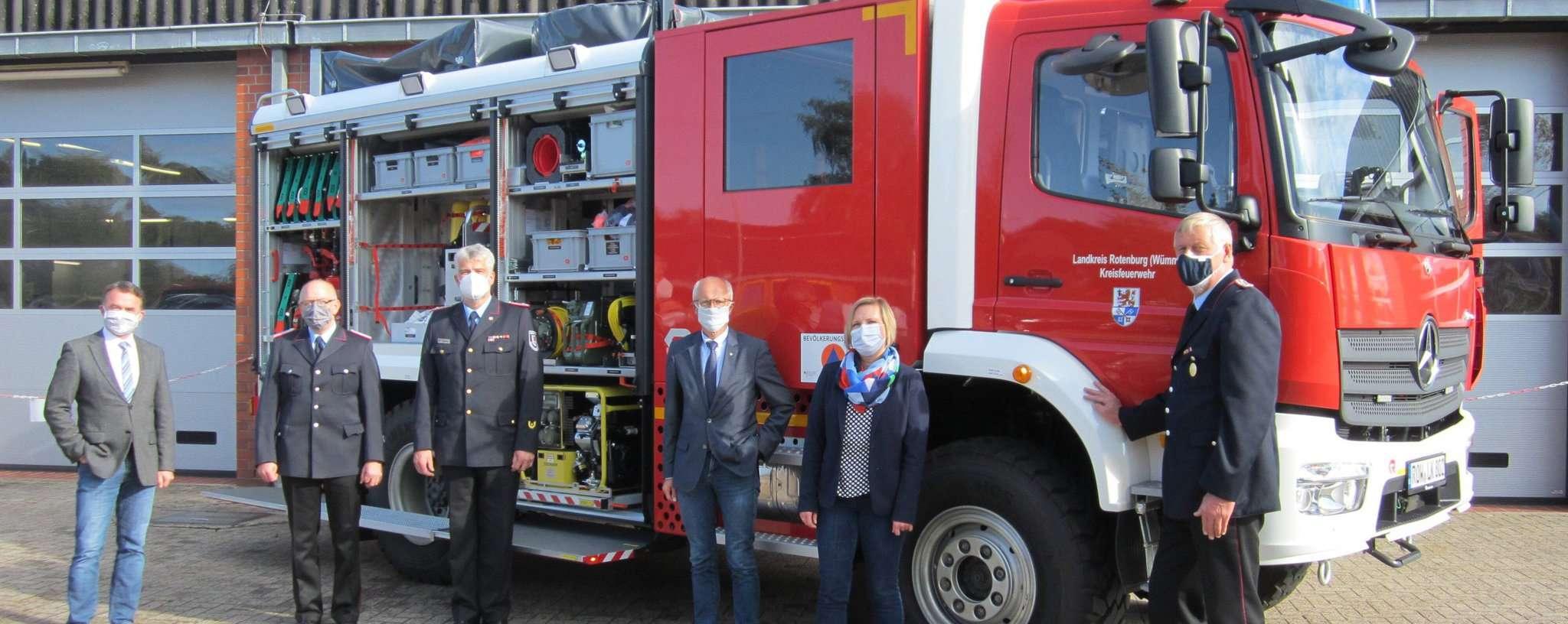 Dirk Eberle (von links), Frank Radeck, Peter Dettmer, Hermann Luttmann, Heike von Ostrowski und Helmut Becker freuen sich über das neue Fahrzeug.