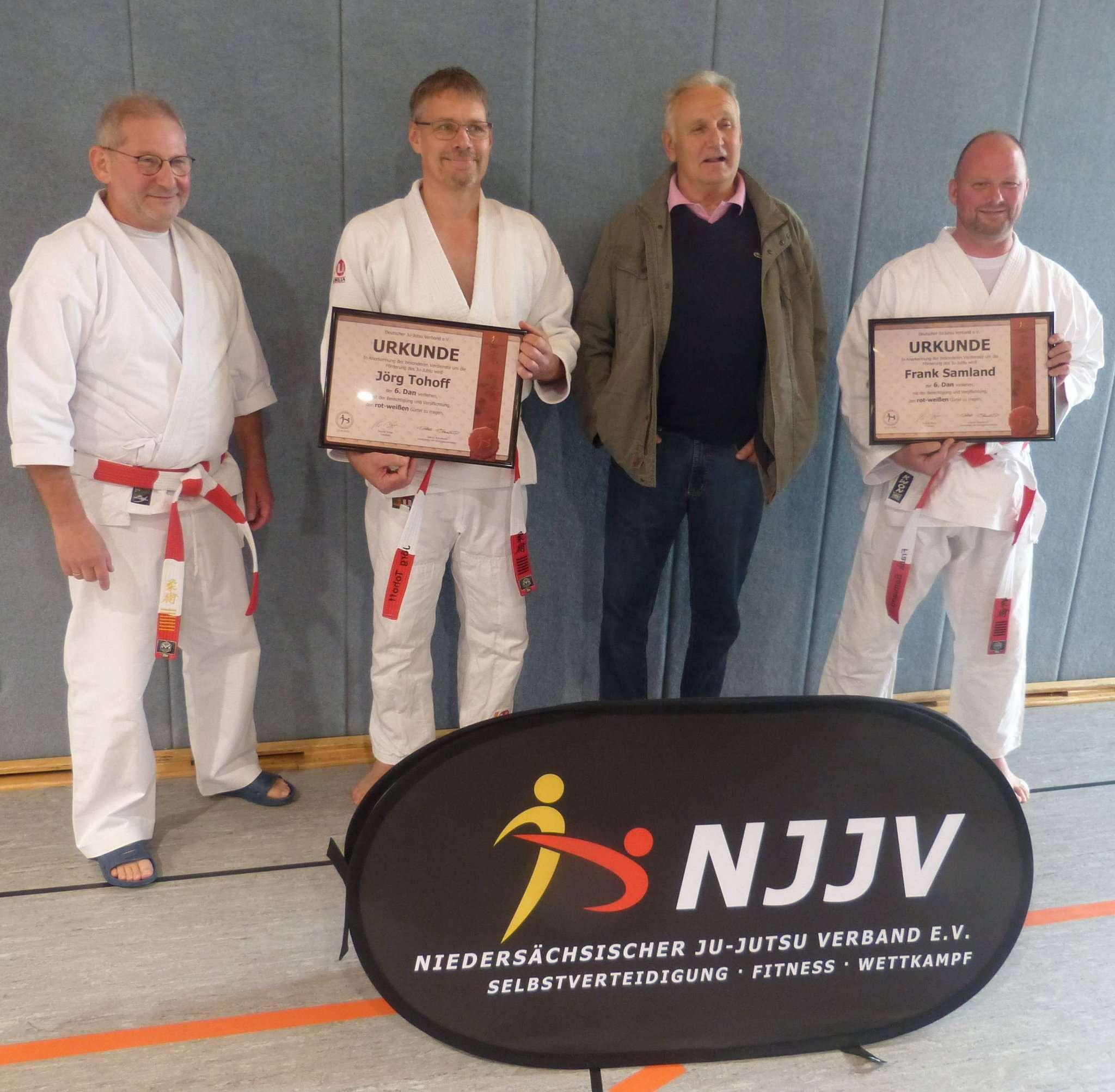 Hans Radke (von links) ehrte Jörg Tohoff und Frank Samland u2013 im Beisein von Dieter Siewers (zweiter von rechts), früherer und erster Trainer des TuS Bothel.