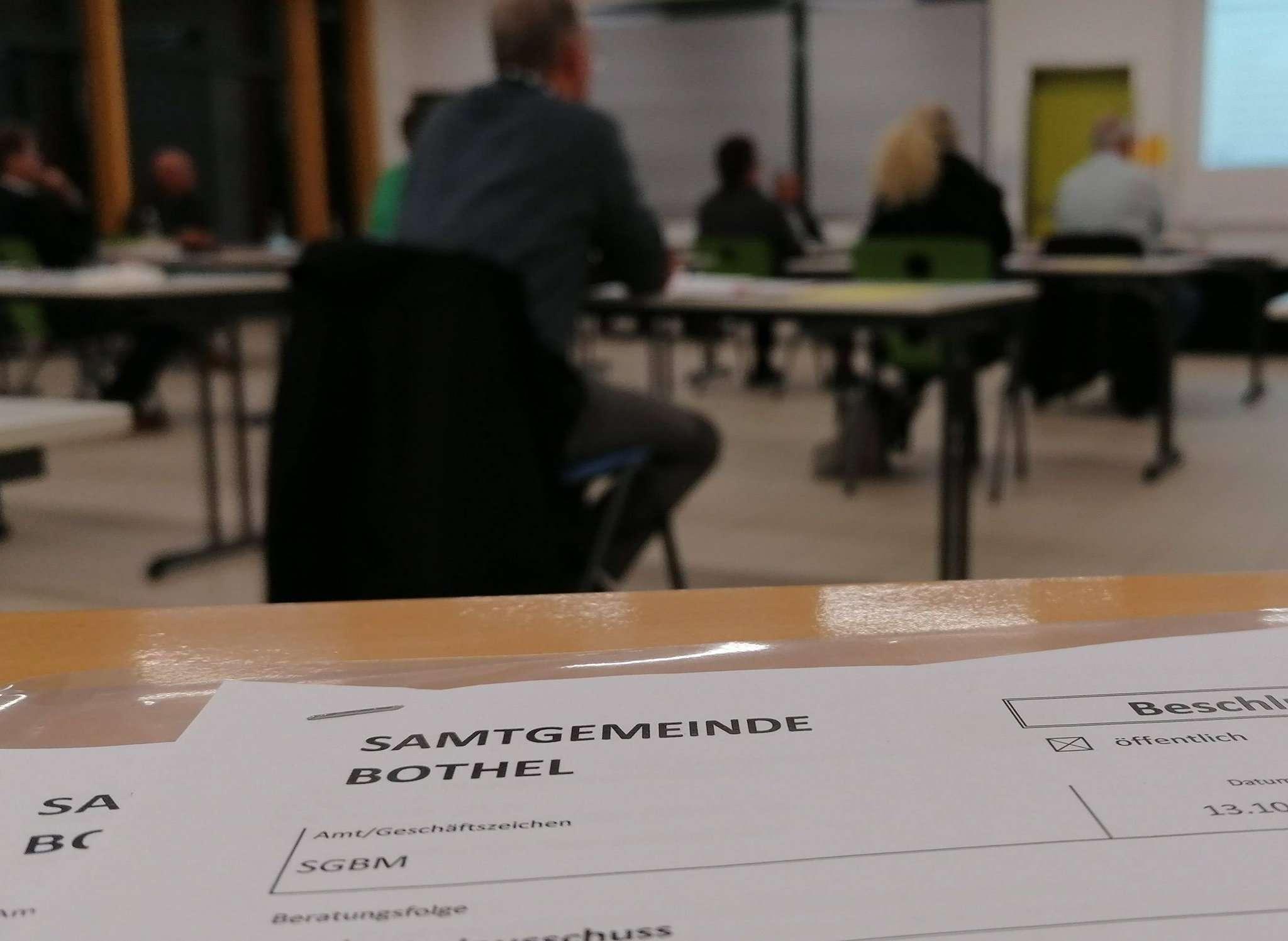 Mit Abstand beriet sich der Samtgemeinderat Bothel in der neuen Mensa der Wiedau-Schule über Luftfilteranlagen in den Klassenräumen. Foto: Nina Baucke