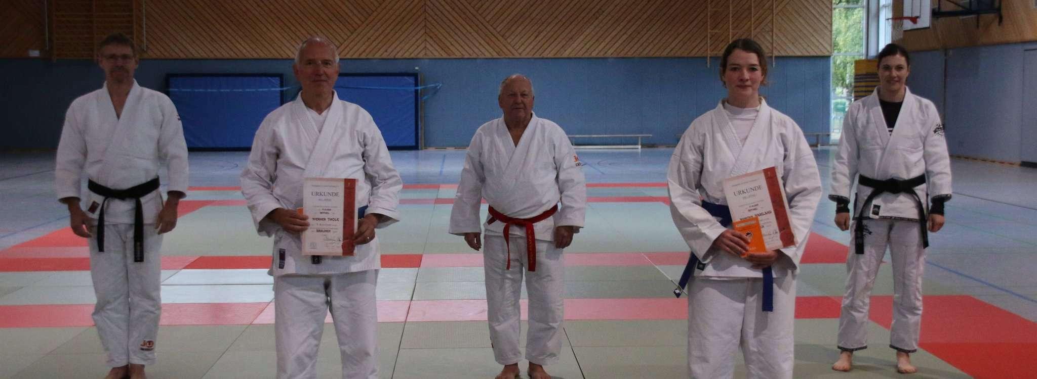Die Botheler Ju-Jutsuka freuten sich über den Lehrgang mit Peter Schneider u2013 sowie Ramona Samland und Werner Thole über ihre erfolgreichen Prüfungen.