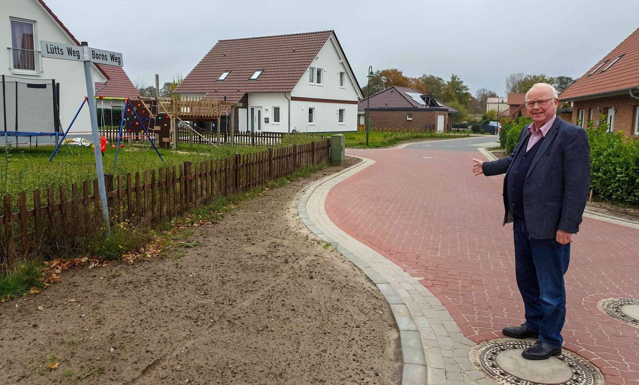 Bürgermeister Rolf Lüdemann im Baugebiet: Dank für die Geduld in den vergangenen Jahren. Foto: Tobias Woelki
