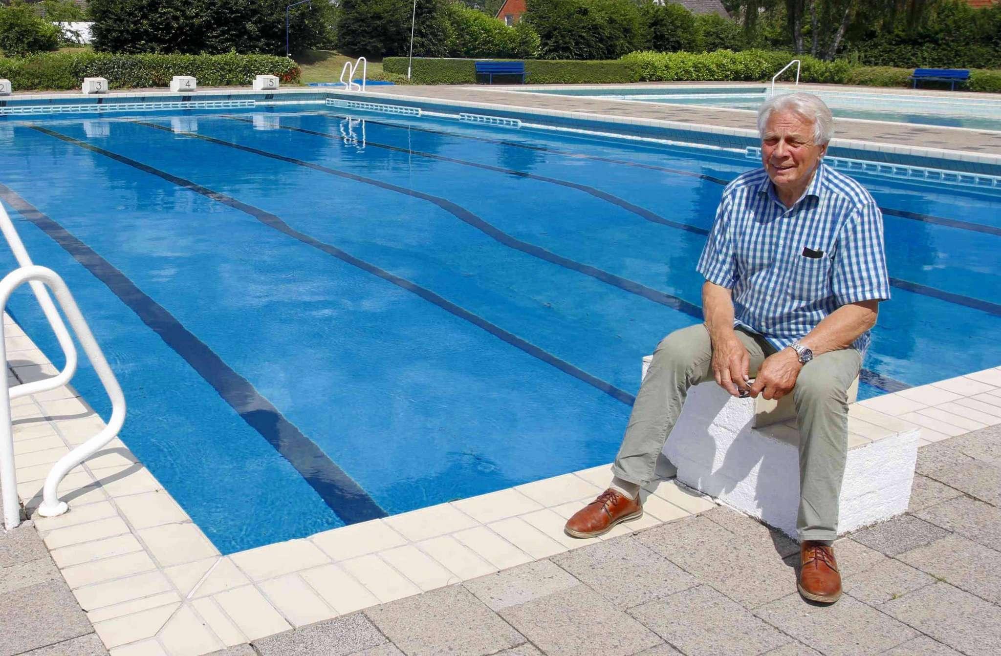 Bürgermeister Heinz Meyer im Sommer im Freibad. Die Becken müssen saniert werden.