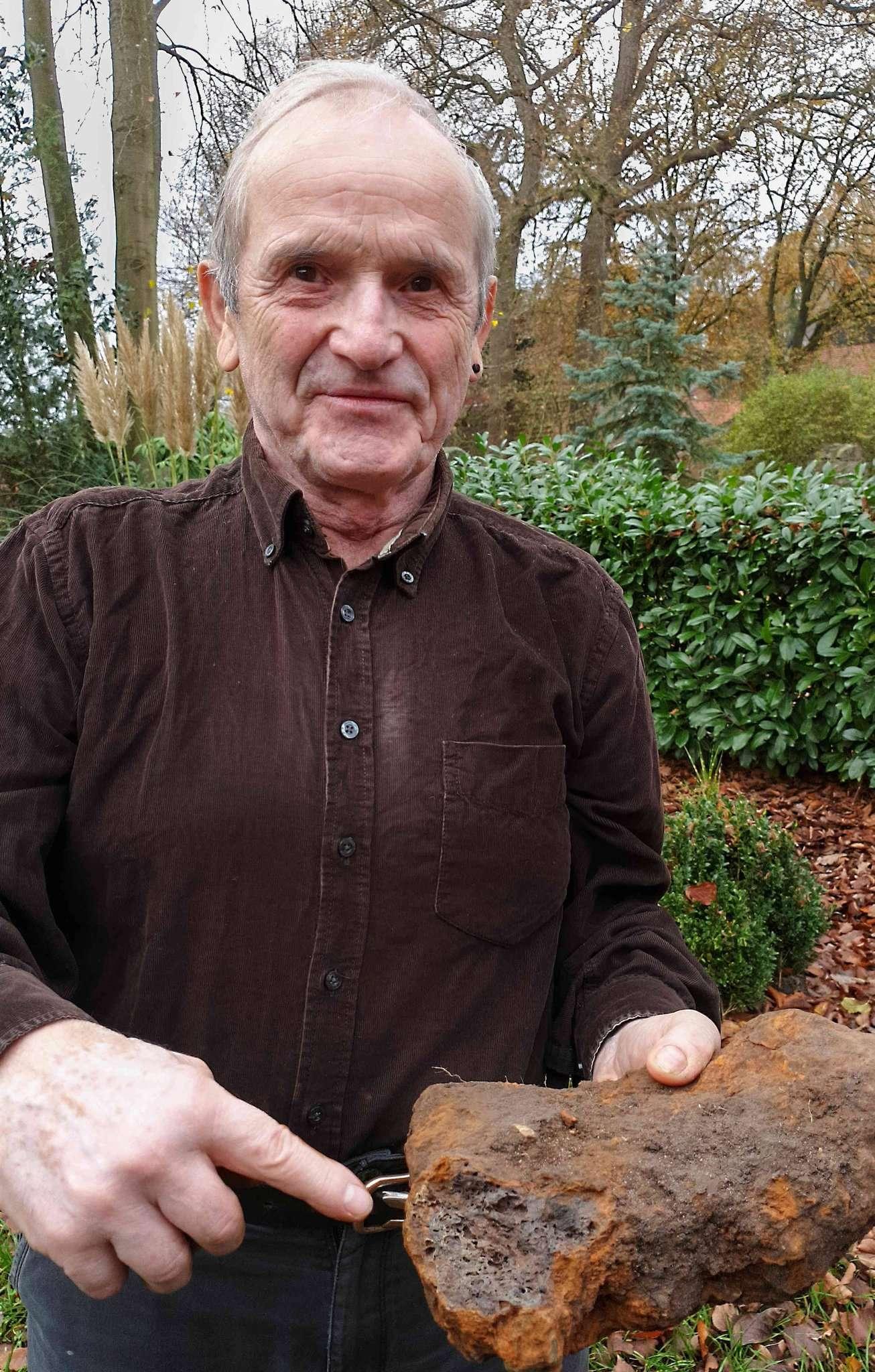 Friedhelm Rosebrock mit dem Fundstück von seinem Acker. Foto: Tobias Woelki