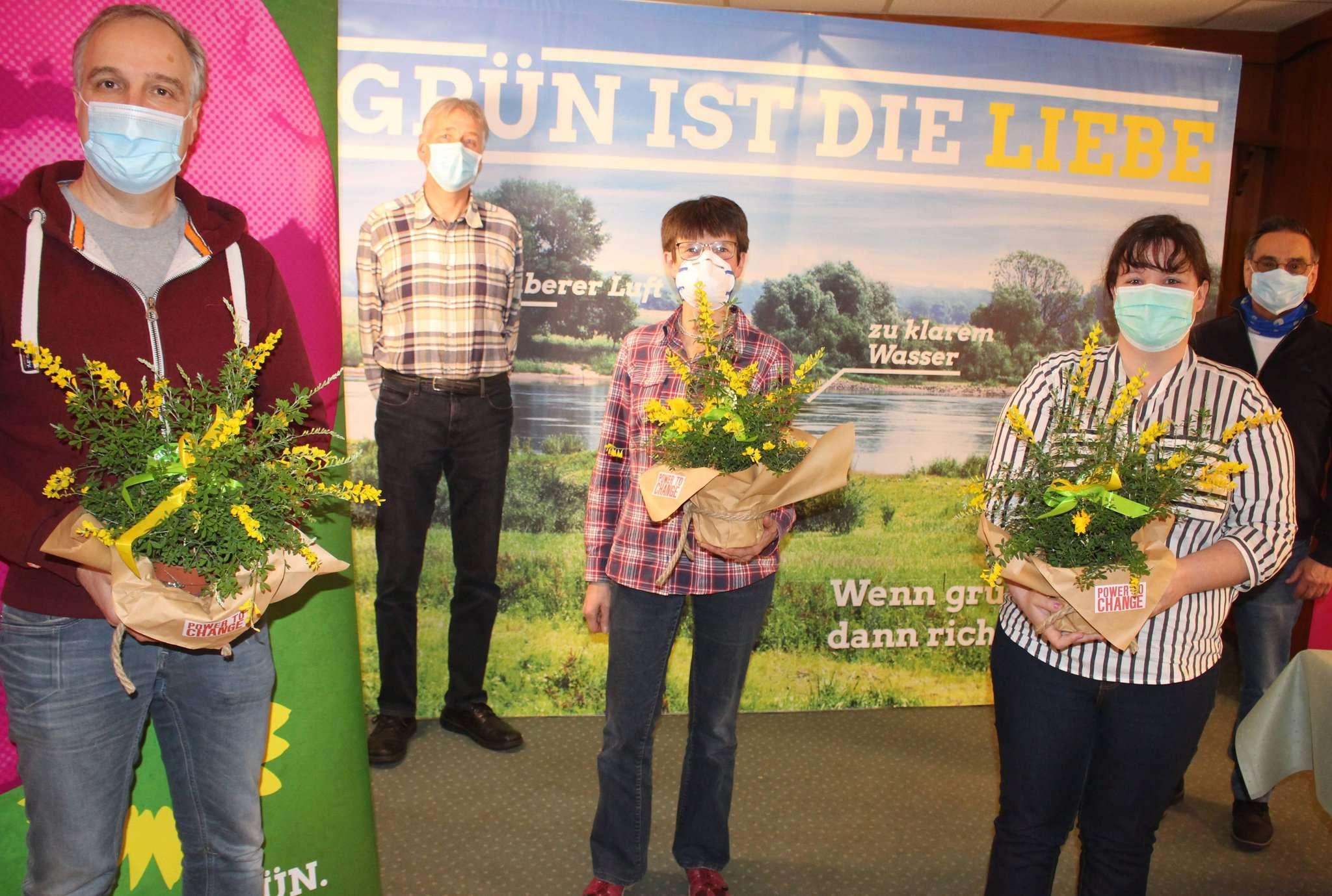 Ralf Hastedt (von links), Henry Meyn, Sabine Holsten und Jasmin Fillies bilden den neuen Vorstand der Botheler Grünen. Glückwünsche kamen unter anderem von Kreissprecher Hans-Jürgen Schnellrieder. Foto: Henning Leeske