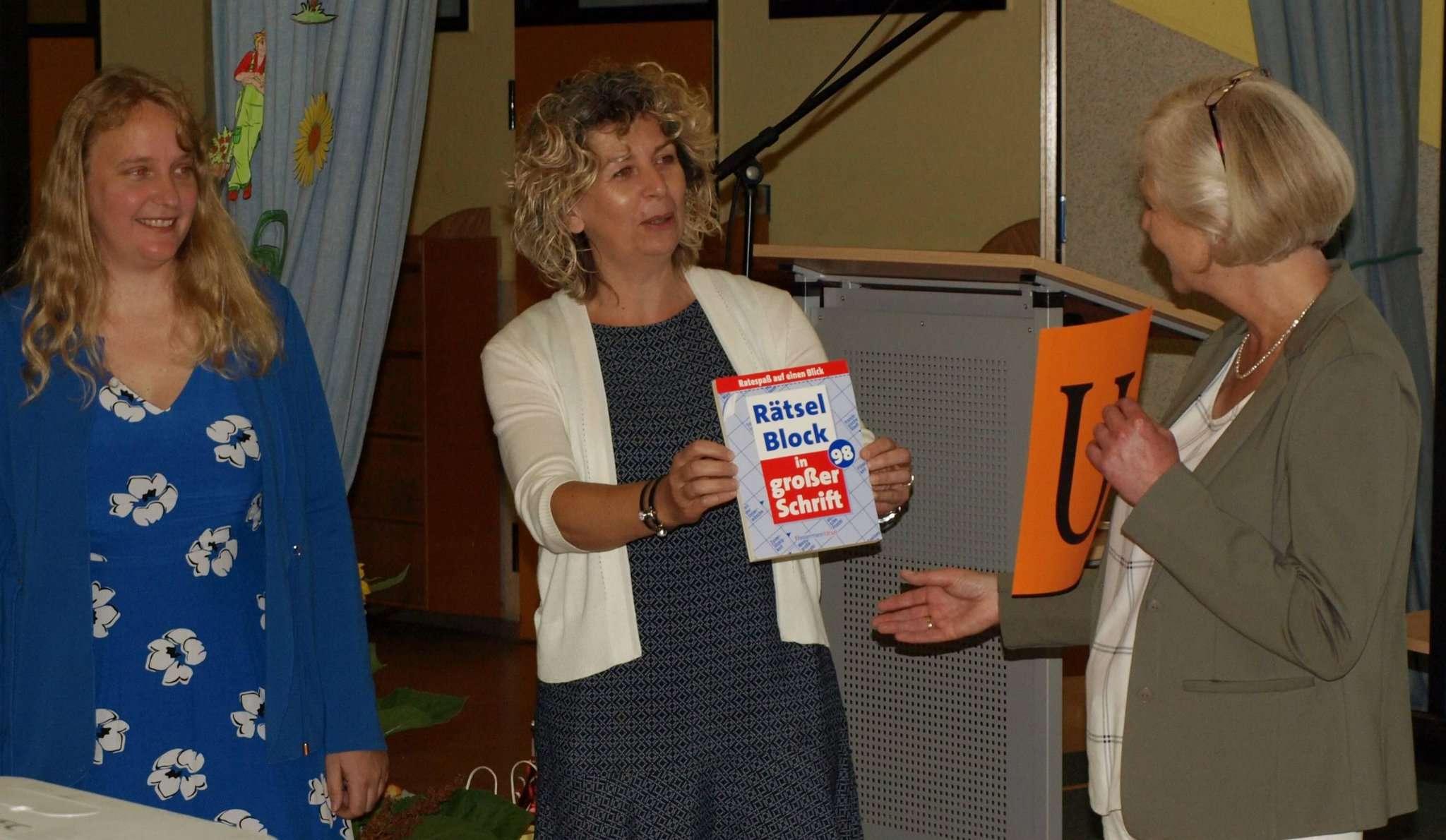 Geschenke von den Schulleiter-Kolleginnen: Nadja Köhler (von links), Frauke Stiffel und Susanne Schumann.