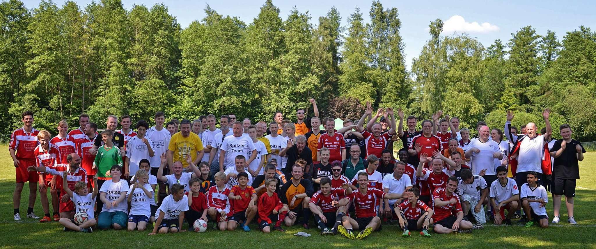 Groß und klein, jung und alt, jeder kann dabei sein: Mit viel Spaß an der Sache bilden die Finteler seit dem ersten Turnier im Jahr 2016 Straßenmannschaften, die gegeneinander um den Pokal spielen.