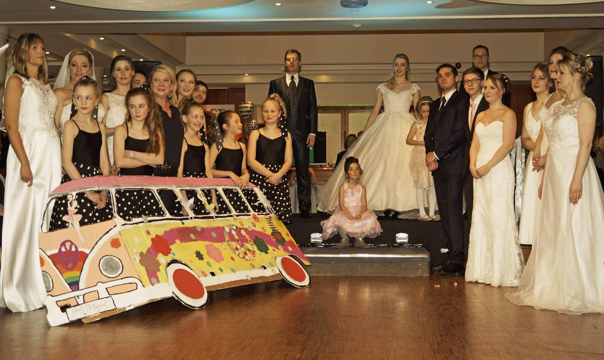 Viel Applaus erhielten die großen und kleinen Models, als sie die aktuellen Modetrends für Brautpaare und ihre Gäste vorführten. Foto: Erich Schulz