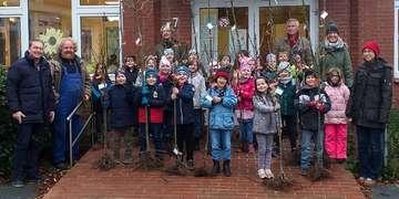 Samtgemeinde Fintel beschenkt Schüler mit Apfelbäumen