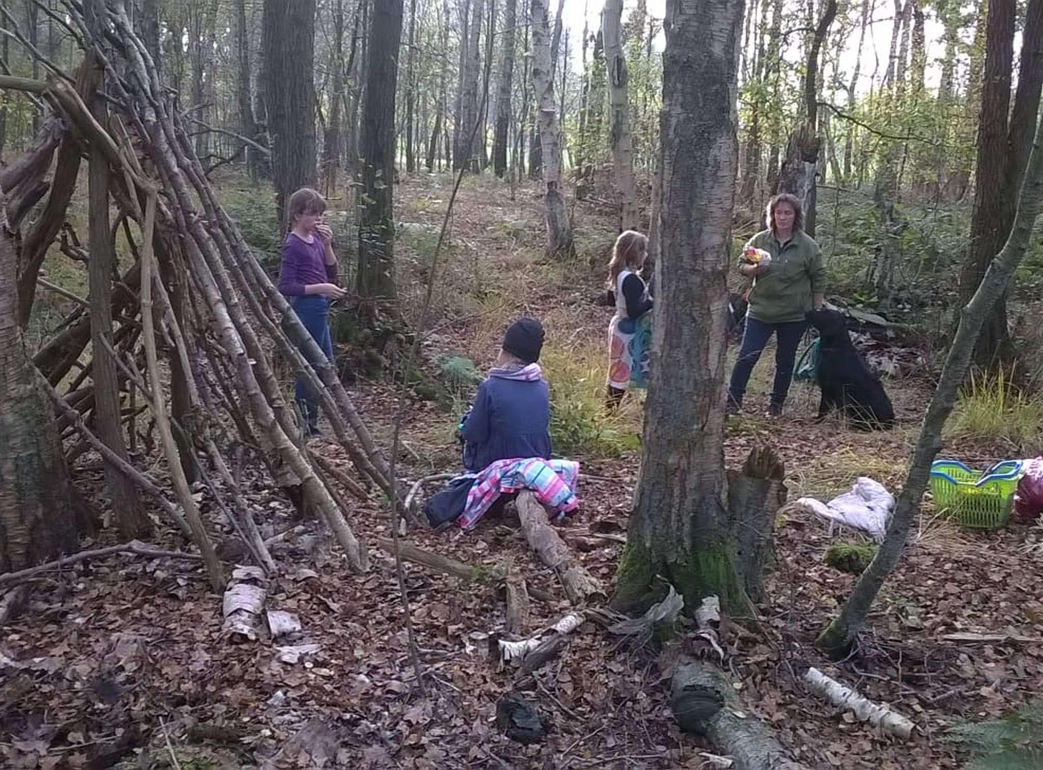 Die Kinder erkunden den Wald auf eigene Faust.