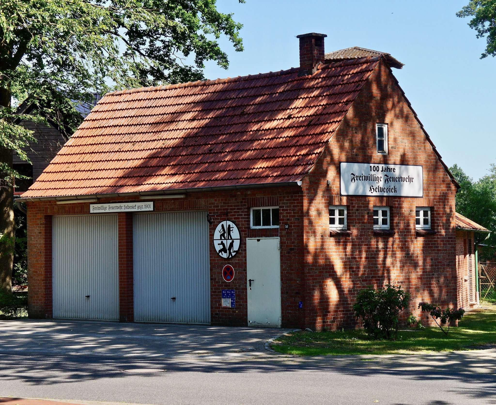 Das alte Feuerwehrhaus in Helvesiek ist in die Jahre gekommen, ein Tragkraftspritzenfahrzeug ist indes schon mal bestellt. Foto: Hans-Jörg Werth