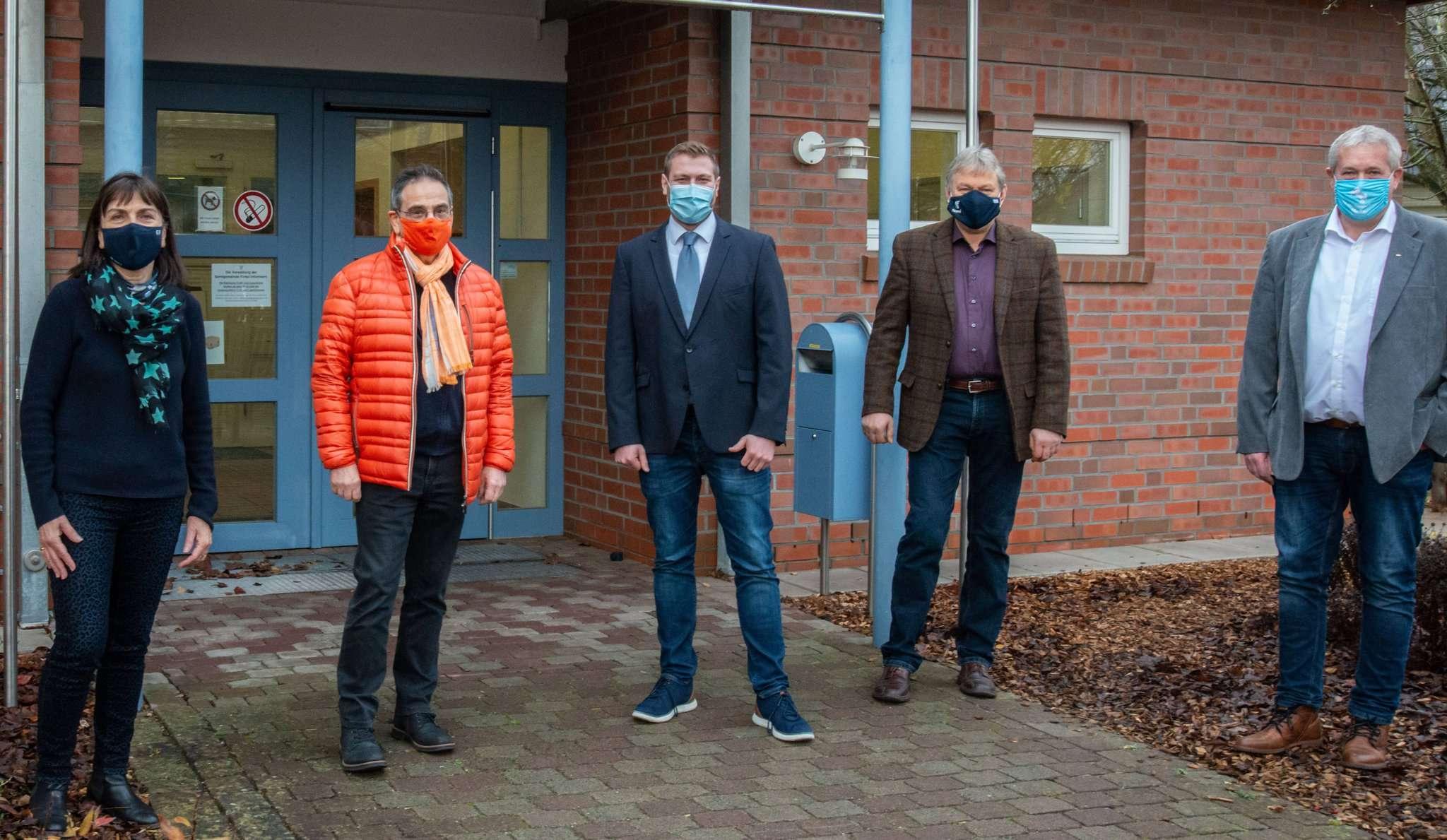 Gabriele Schnellrieder (Grüne), Hans-Jürgen Schnellrieder, Sven Maier, Jürgen Rademacher und Michael Versemann möchten die Gemeinde voranbringen. Foto: Klaus-Dieter Plage