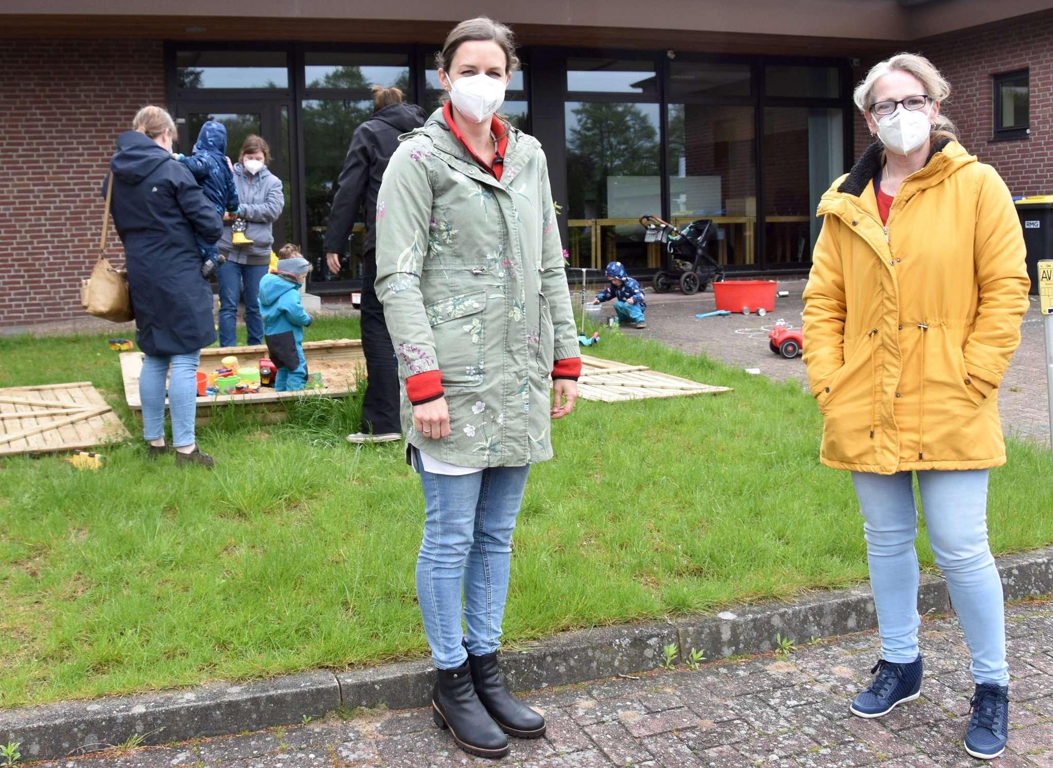 Meike Szemjonneck (links) und Constanze Fuchs-Darley, im Hintergrund ist eine der Outdoor-Gruppen aktiv. Foto: Judith Tausendfreund
