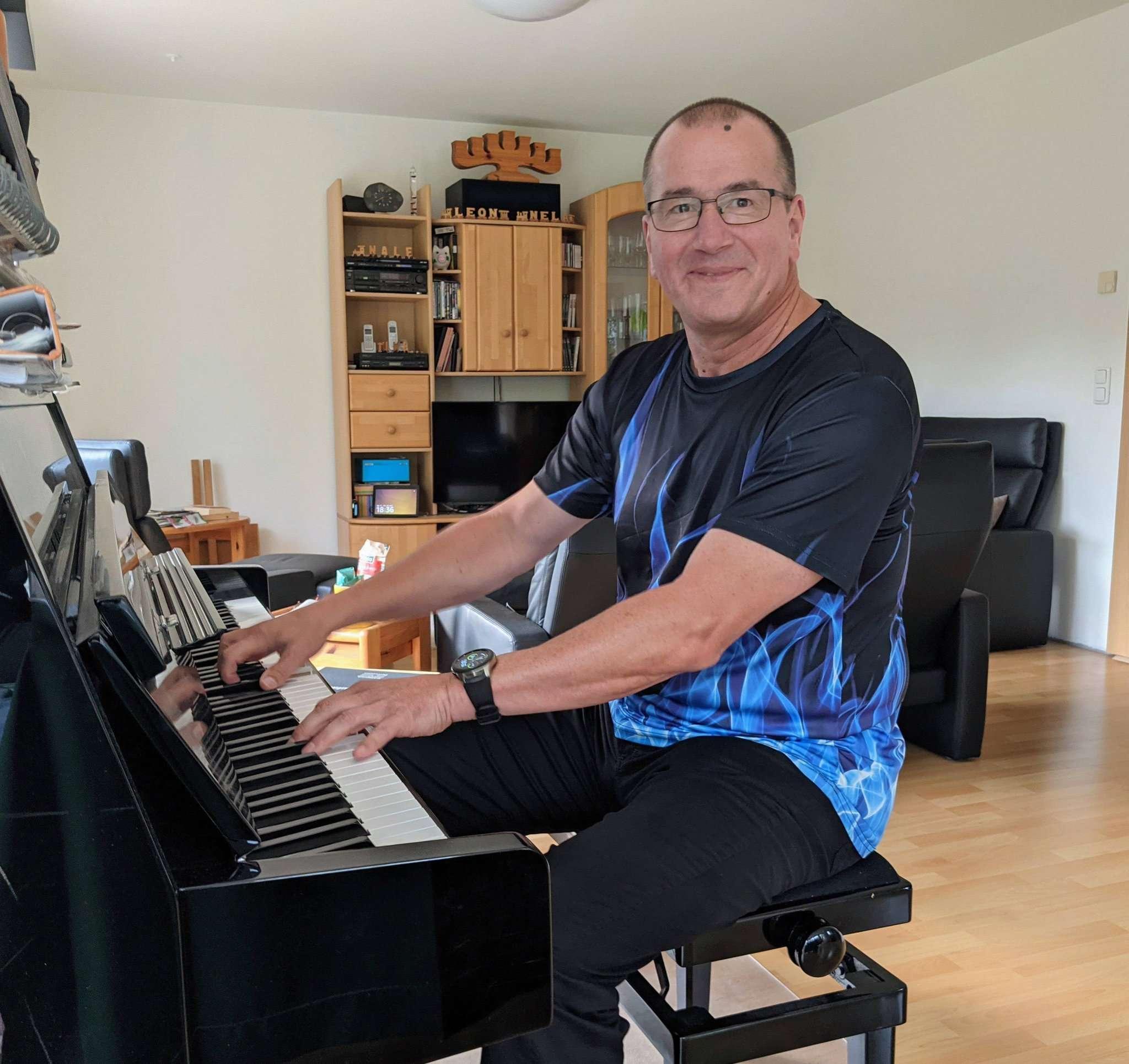 Uwe Gerlach an seinem heimischen Klavier. Als geprüfter Organist spielt er hin und wieder auch auf der Orgel in der Lauenbrücker Kirche. Foto: Warnecke