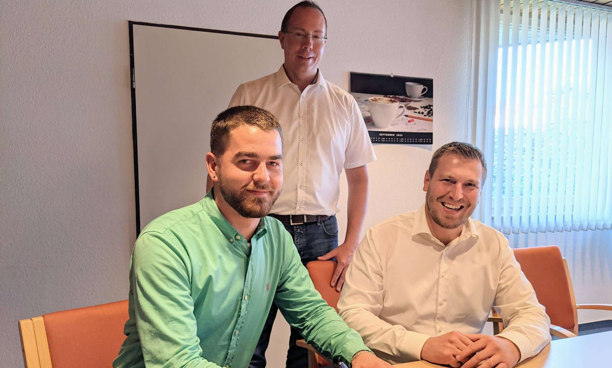 Vertragsunterzeichnung im Rathaus: Joost Meyer (l.), der neue Klimaschutzmanager in der Samtgemeinde Fintel, mit Bürgermeister Tobias Krüger (Mitte) und Bauamtsleiter Sven Maier. Foto: Warnecke