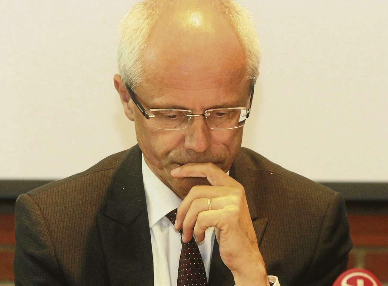 Landrat Hermann Luttmann studiert mit besorgtem Gesicht den aktuellen Bericht.