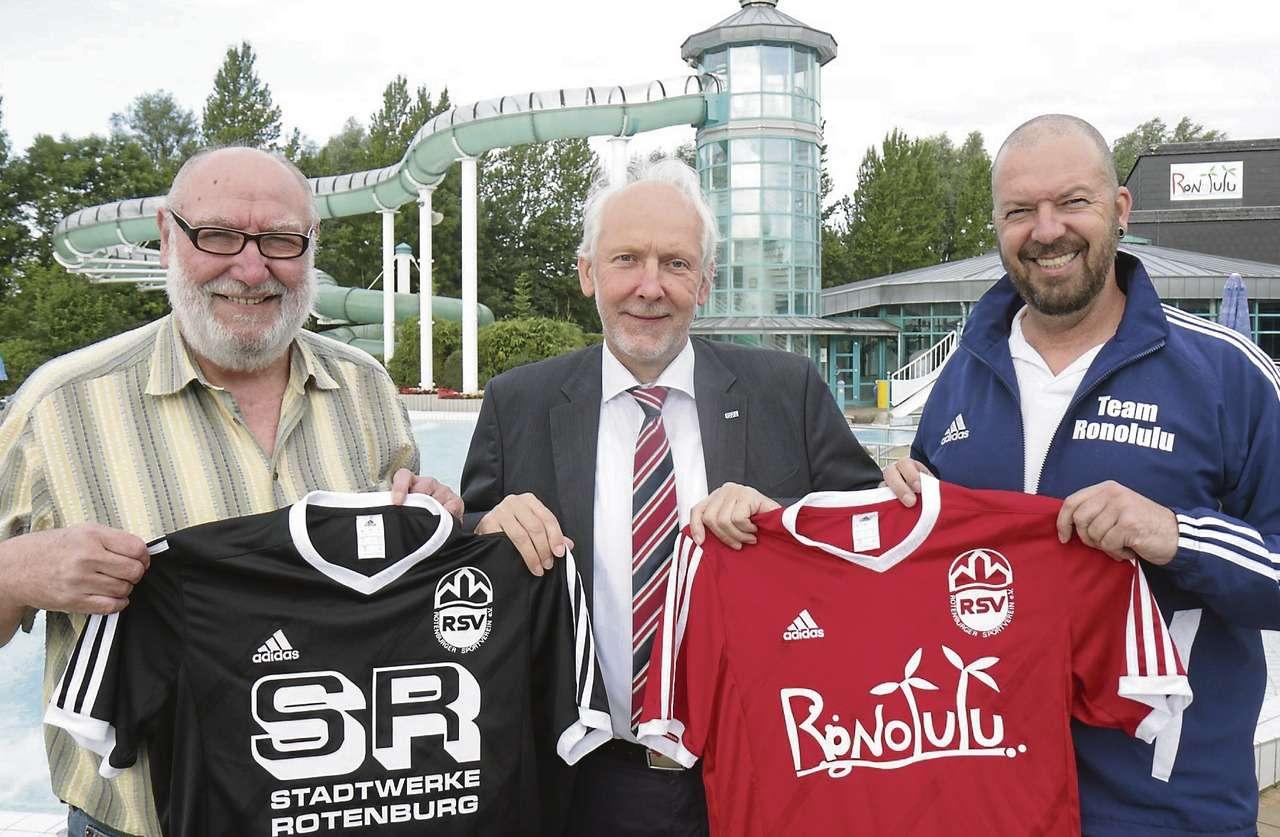 RSV-Sprecher Paul Metternich (von links), Marketingleiter Hans-Joachim Boschen und Badleiter Burkhard Oelkers präsentieren die beiden neuen Trikots.