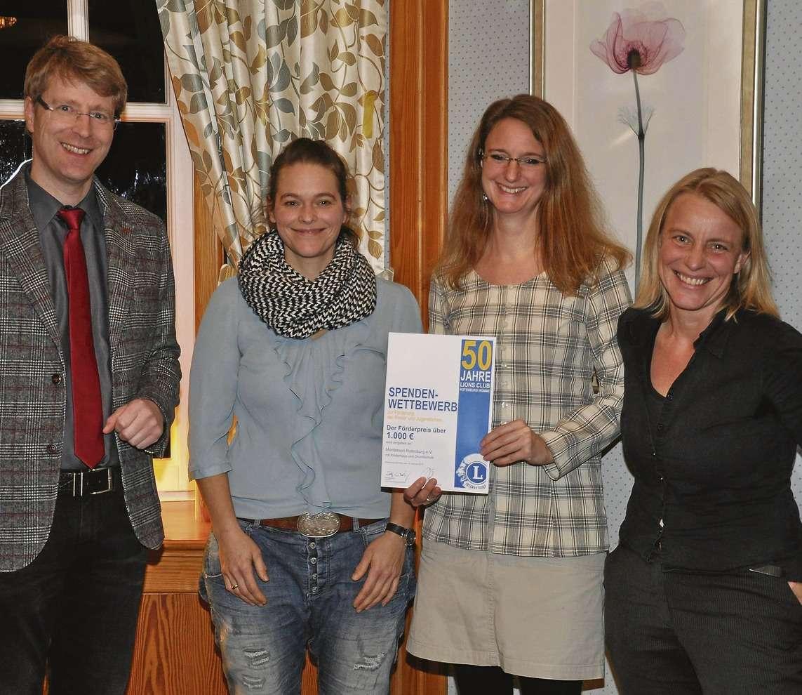 Ralf Wiebusch zeichnete die Montessori Grundschule für ihre Sprachförderung aus. Insgesamt erhielten 24 Vereine und Organisationen jeweils 1.000 Euro.