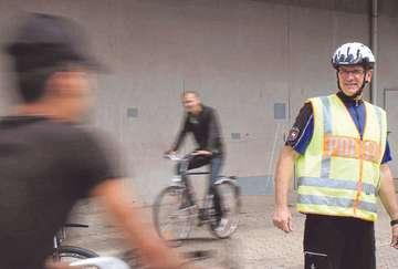 Polizist Fred Krüger erklärt Flüchtlingen die Verkehrsregeln  Von Dennis Bartz