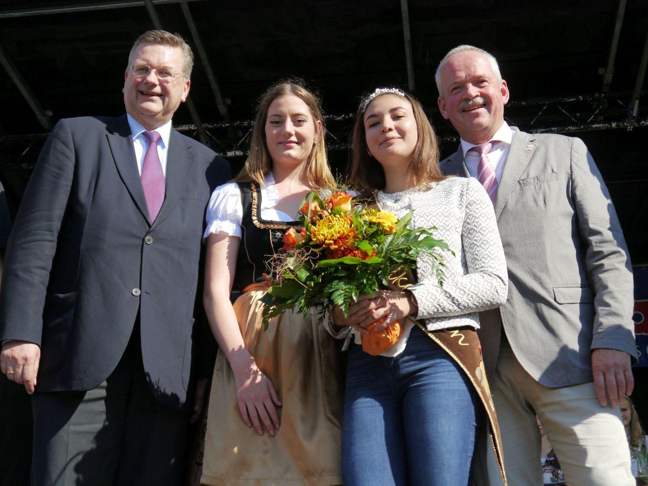 Reinhard Grindel (links) und Andreas Weber (rechts) dankten Jennifer Brinkmann für ihr Jahr als Königin und begrüßten Anna Lucia Richter. Foto: Janila Dierks