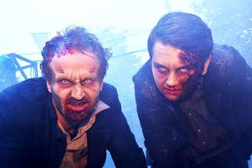 Zum Auftakt der RundschauSerie Mein Tag als  versucht sich Redaktionsleiter Dennis Bartz links als LiveErschrecker im HeidePark