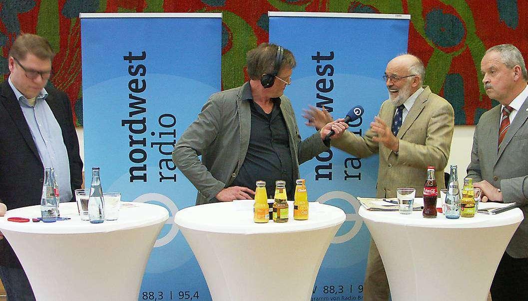 Nordwest-Radiomoderator Stefan Pulß (Zweiter von links) im Gespräch mit Marc Andreßen (Links), Jürgen Knab, Begründer der Initiative