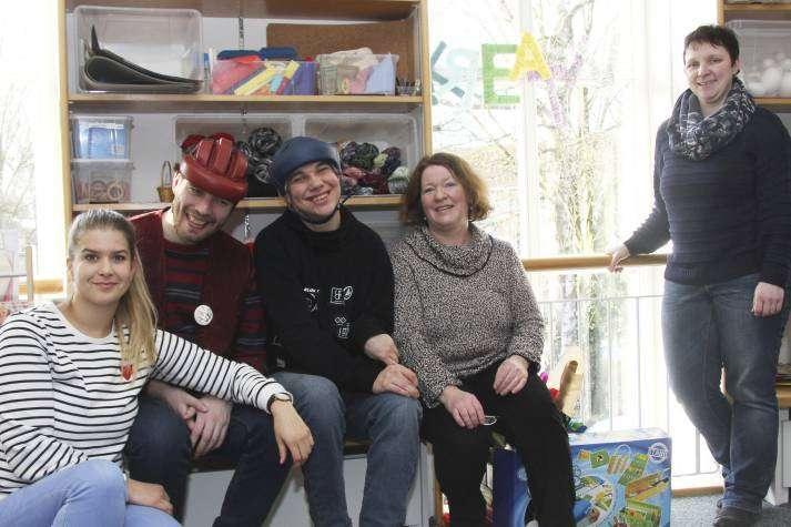 Patrizia Zajber (von links), Lars Lubowsky, Andre Ulrich, Silke Menker und Pamela Diercks freuen sich über das positive Feedback für das Kreativ-Regal. Foto: Nina Baucke
