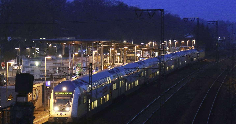 Pendler, die mit dem Zug nach Hamburg fahren, können aufatmen: Sie sollen künftig beim Kauf von Zeitkarten bis zu 600 Euro im Jahr sparen. Foto: Dennis Bartz