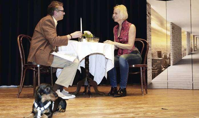 Bettina Renken und Jens Kramer mit Bühnenhund Apollo bei den Proben zu