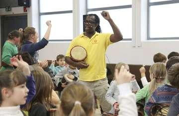 260 Kinder proben mit Trommelzauber in der Stadtschule  Von Dennis Bartz