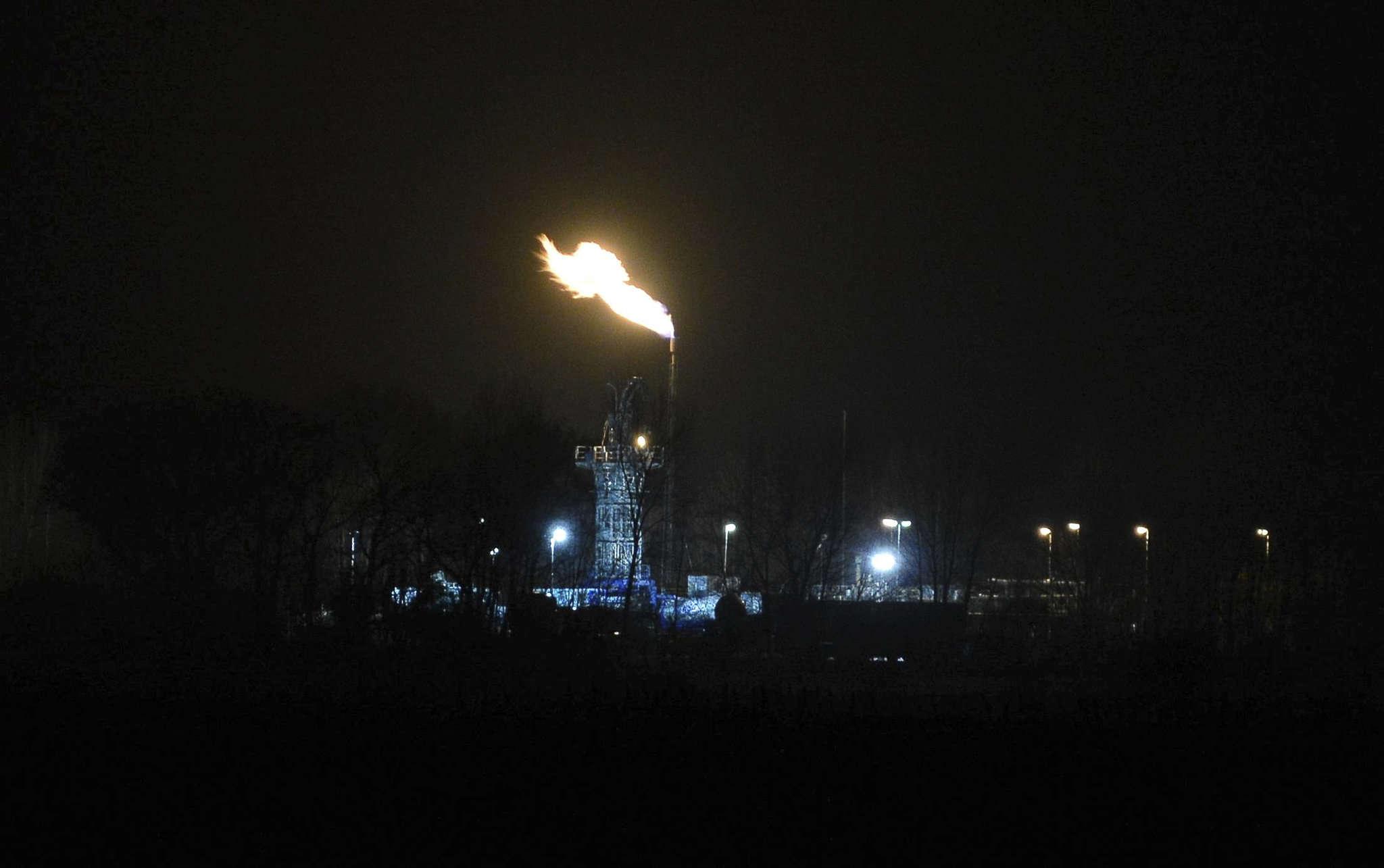 Fackelarbeiten an der Gasbohrung Bötersen Z4: Das ist der Grund für die illuminierte Nacht.