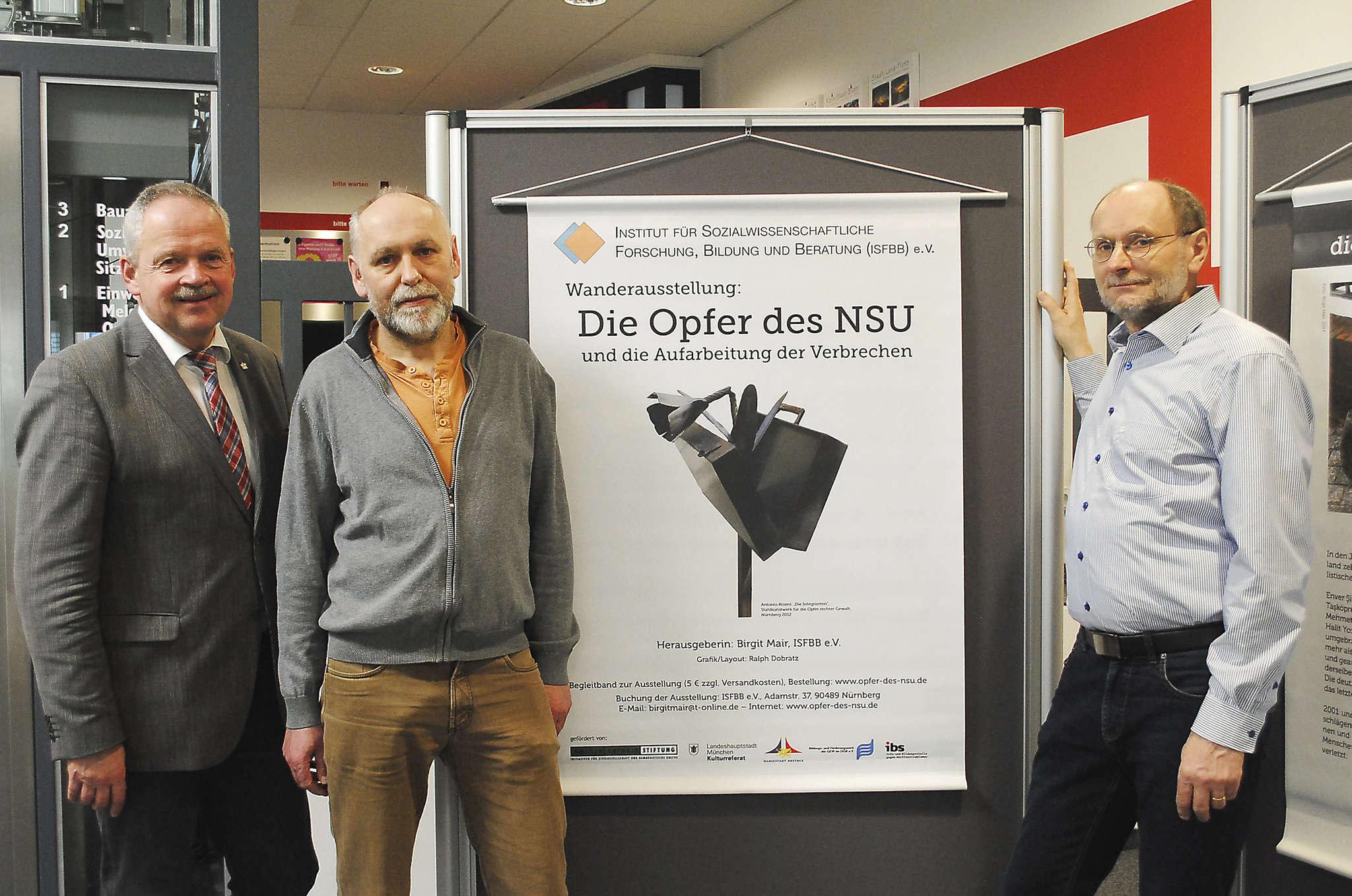 Bürgermeister Andreas Weber (von links) mit den beiden Beratungslehrern Matthias Wiemann und Joachim Hickisch.