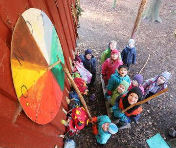 Kinder der Waldgruppe des Vereins für Naturpädagogik erklären die Jahreszeit  Von Dennis Bartz