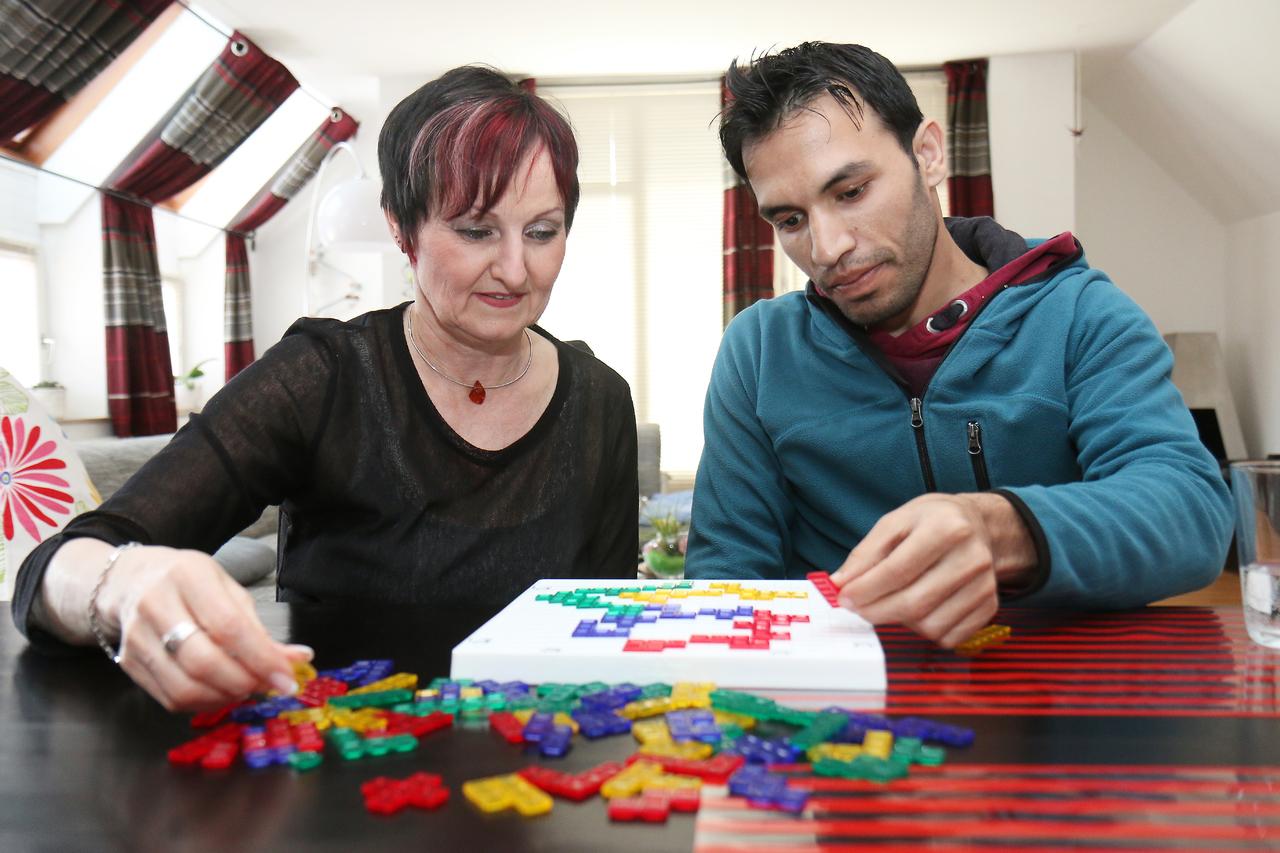 Anneliese Herzog und Adrian Al Dris vertreiben sich die Zeit gerne mit Spielen. Seit einem Unfall sitzt der 25-Jährige im Rollstuhl.