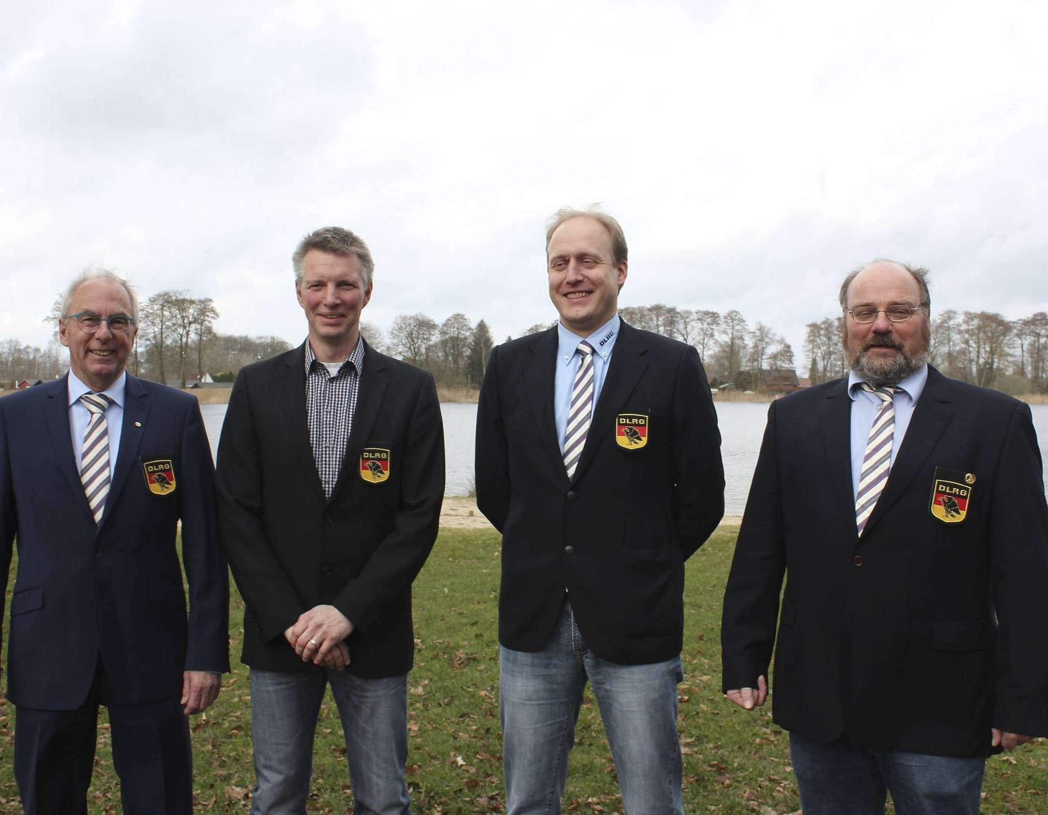 Stellten sich für den Fotografen vor dem 12.000 Jahre alten Otterstedter See auf (von links): Jürgen Seidel, Lars Dammann, Arne Teichert und Hinrich Rache