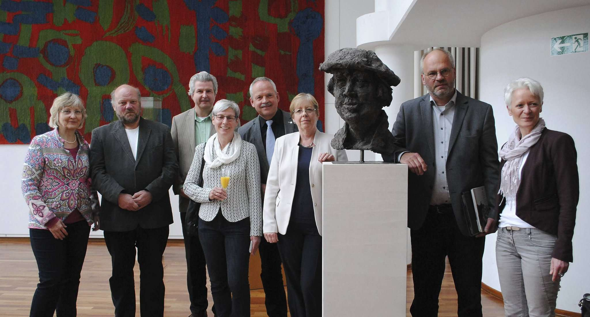 Bei der Ausstellungseröffnung im Rotenburger Ratssaal stellten die Verantwortlichen die Werke des Künstlers vor.