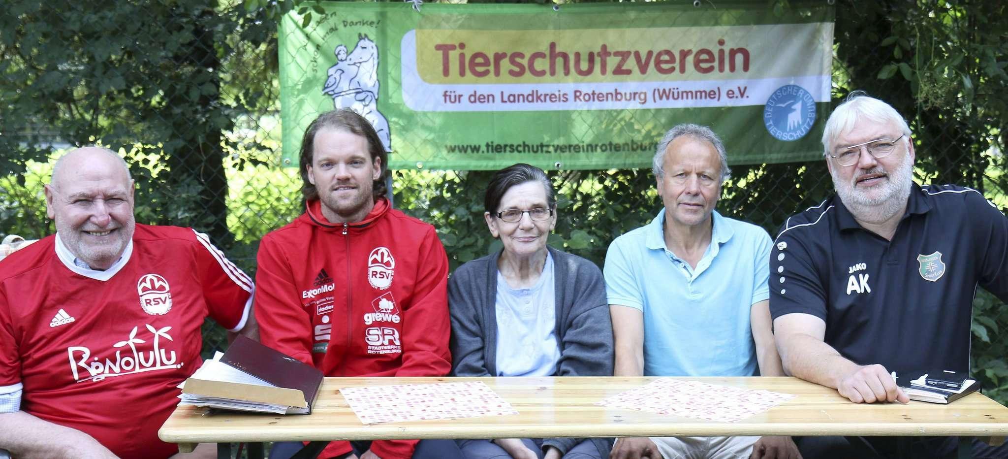 Marketingchef Paul Metternich (von links), Trainer Tim Ebersbach (beide Rotenburger SV), Regina Buchhop (Tierheim Rotenburg), Hansi Bargfrede und Andreas Kurth (beide Heeslinger SC) werben für das Benefizspiel.