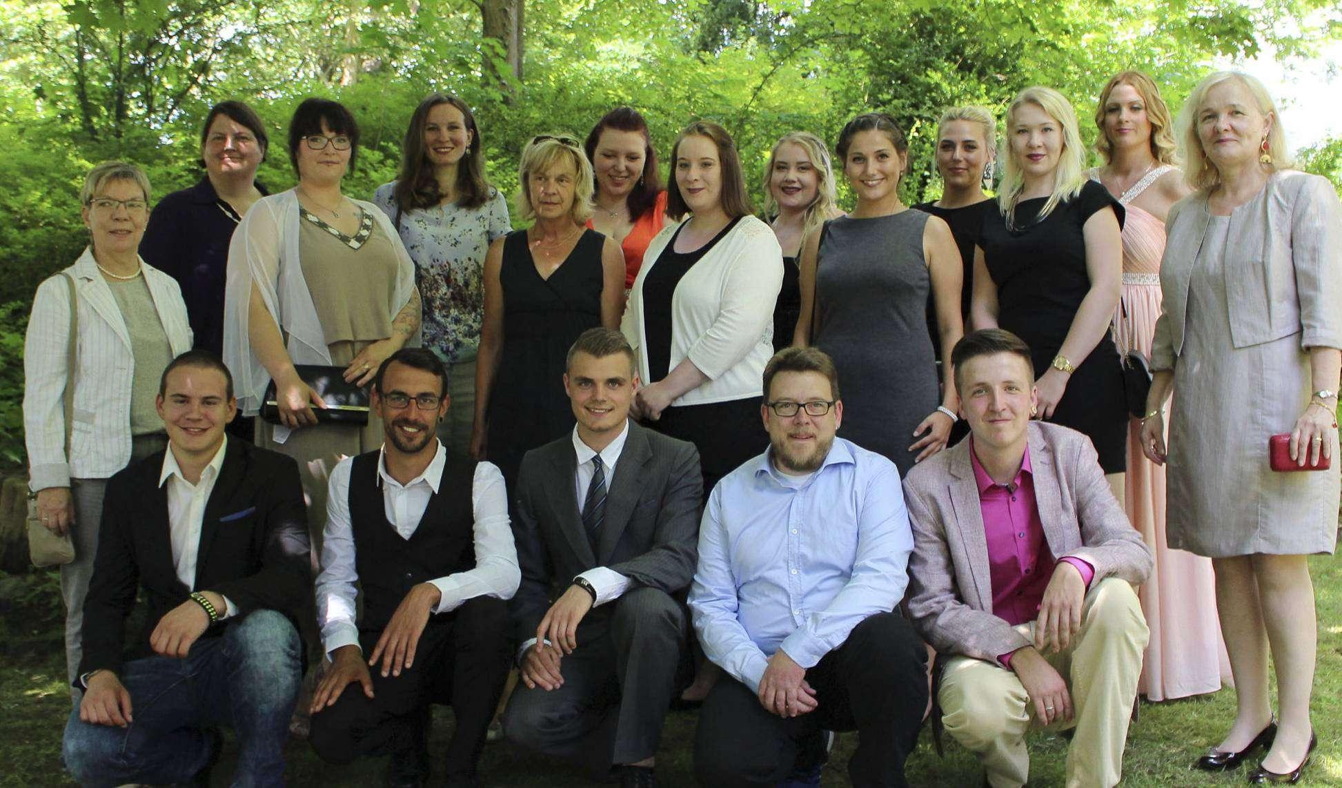 Die frisch examinierten Altenpflegefachkräfte mit Schulleiterinnen Gesine Brockhoff (r.) und Sigrid Recklies (l.)