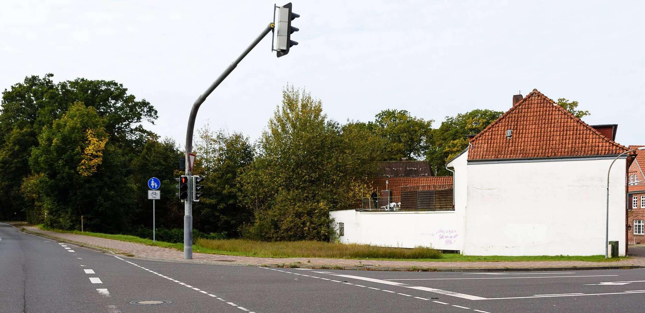 Auf dem Gelände zwischen der Mühlenstraße und der Bremer Straße soll der neue Combi-Markt entstehen. Dazu muss auf der Ecke zuerst noch ein wenig Platz geschaffen werden. Foto: Klaus-Dieter Plage