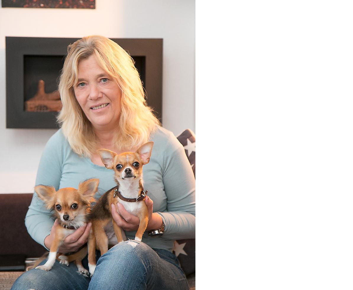 Renate Haasner mit ihren beiden Chihuahuas Abby und Amy.