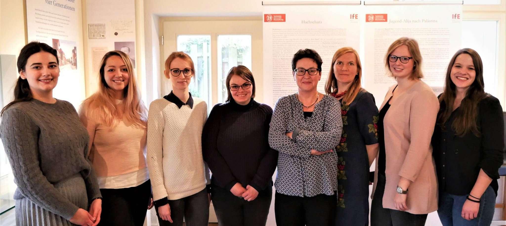 Die Studenten der TU Braunschweig mit Professorin Ulrike Pilarczyk (vierte von rechts) bei der Ausstellungseröffnung in der Cohn Scheune.