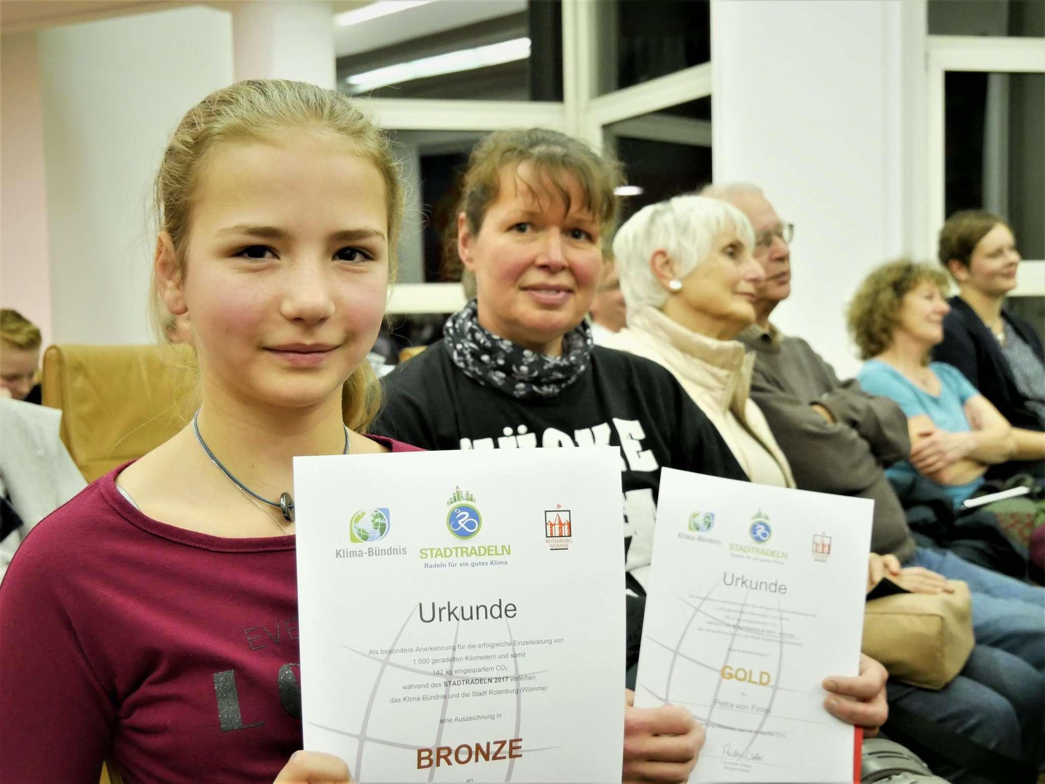 Sie strampelten unermüdlich: Petra von Fintel (Heidjer-Team, rechts) und die 13-jährige Adelina Stallbaum (IGS-Team). Foto: Karen Bennecke