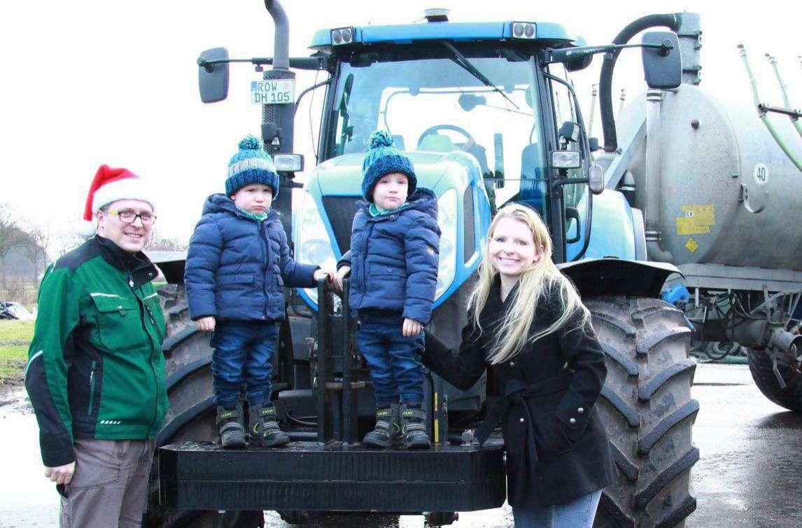 Dirk Jantzen erfüllte den Zwillingen Nicolas und Samuel (hier mit Mutter Nicole Wahlers) im vergangenen Jahr ihren größten Weihnachtswunsch.