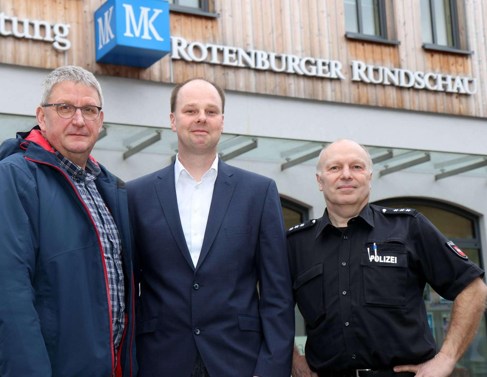 Jürgen Schulz, Leiter der Außenstelle Rotenburg des Weißen Rings (von links), EWE-Kommunalbetreuer Björn Muth und Thomas Teuber, Beauftragter für Kriminalprävention der Polizei Rotenburg. Foto: Dennis Bartz